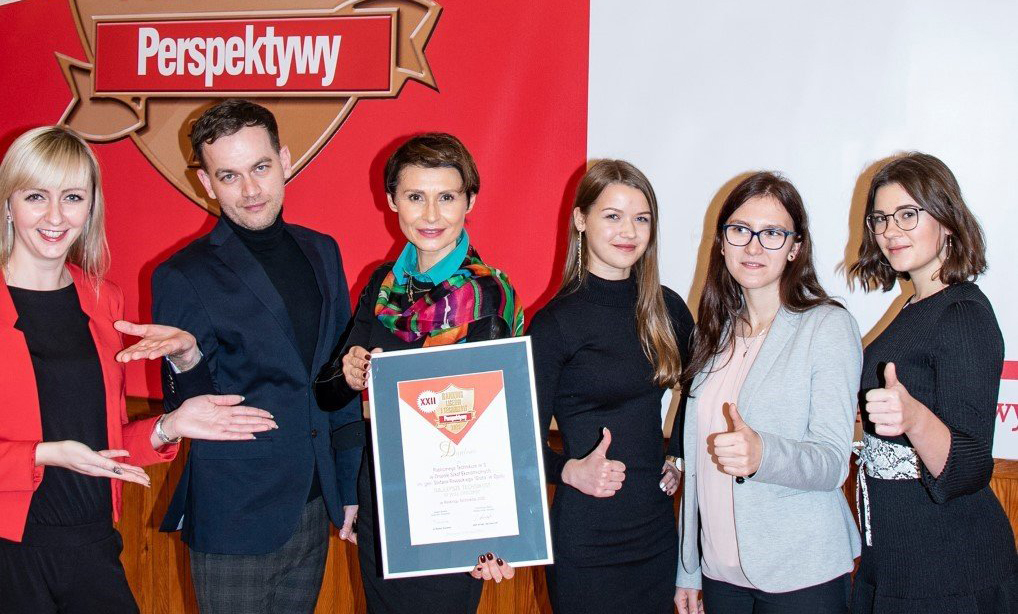 Zdjęcie wykonane podczas uroczystej gali PERSPEKTYWY 2020. Na zdjęciu od lewej: mgr Anna Rogowska, mgr Piotr Wójcik. mgr Ewa Nowak-Kuebler, Agata Krasek, Anna Pryszcz, Andrea Polański
